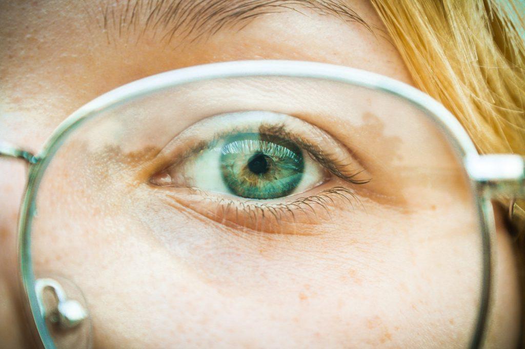 Oeil de femme derrière des lunettes